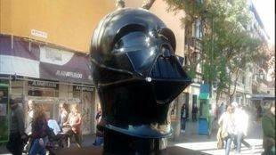 Actos vandálicos obligan a retirar la parte superior del casco de la estatua de Darth Vader