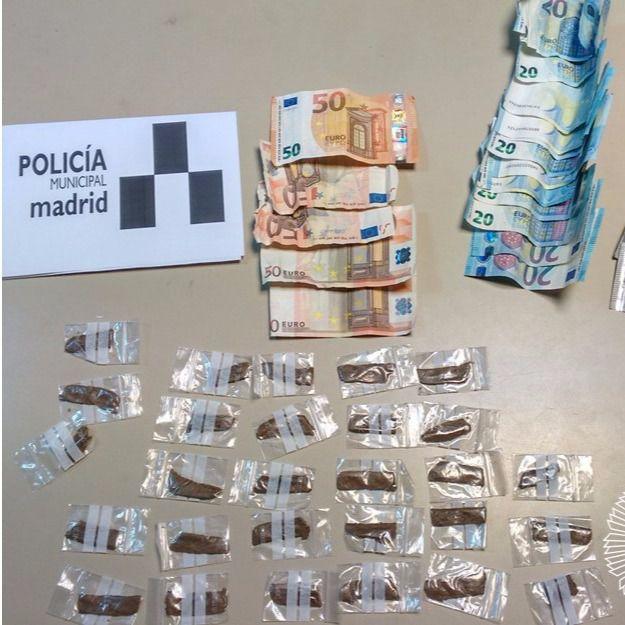 Hachís y dinero que el detenido llevaba encima cuando le detuvieron