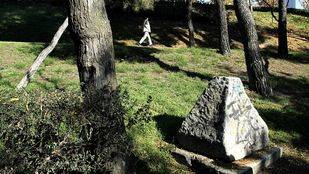 Monolito que marca el acceso a t�neles subterr�neos de donde proviene un fuerte olor a gasolina en el Parque de los Pinos.