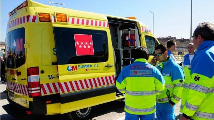 Ambulancia en la calle con personal medico