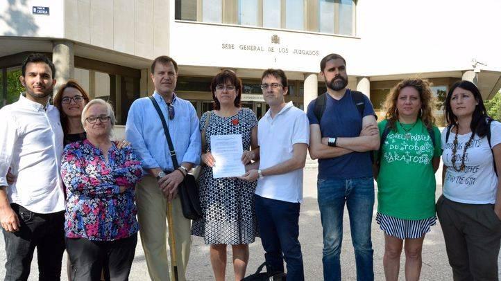 El AMPA del IES Pérez Galdós ha presentado una denuncia contra el consejero de Educación, Rafael Van Grieken, por el cierre del centro, denuncia que han apoyado el diputado regional de Podemos Miguel Ardanuy, y representantes de CC.OO, FAPA y Marea.