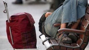 Una persona sin hogar durmiendo en la calle (Archivo)