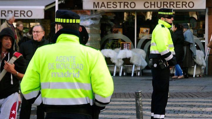Los agentes de movilidad recogen firmas para integrarse en la Policía Municipal