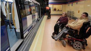 Dos discapacitados en silla en el Metro