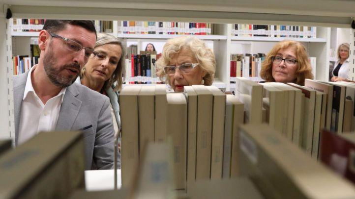 La alcaldesa de Madrid, Manuela Carmena, visita la nueva biblioteca de Hortaleza, la 'María Lejárraga'