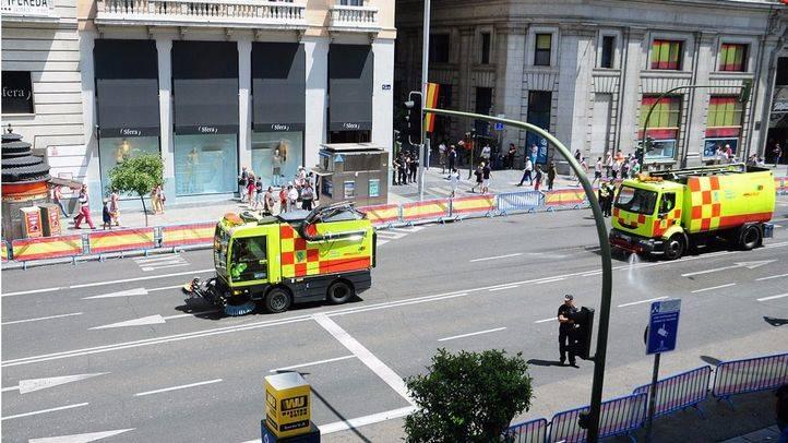 El Ayuntamiento de Madrid baldea las calles para reducir la contaminación