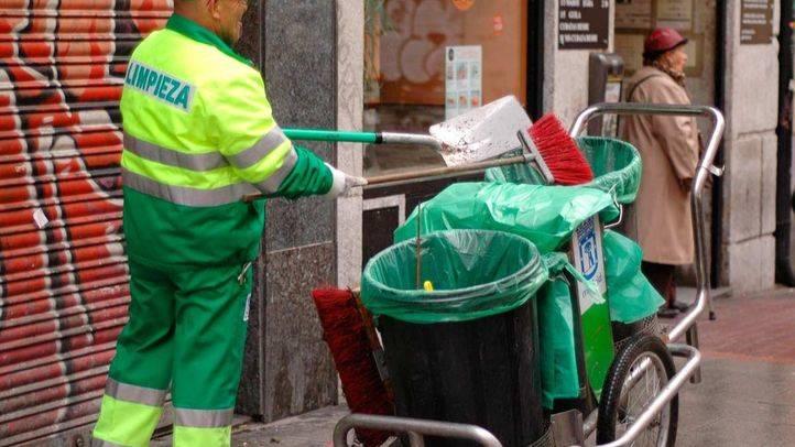 Archivo. Barrendero limpiando calles