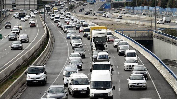Más de 16 kilómetros de retenciones en las carreteras madrileñas por el puente de la Constitución