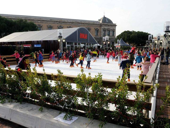 El Ayuntamiento instala una pista de patinaje en los Jardines del Descubrimiento
