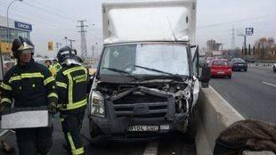 Un accidente entre un camión, tres coches y una moto deja un herido grave en la A-42