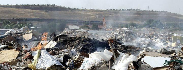 El vertedero ilegal de la A-3 vuelve a echar humo
