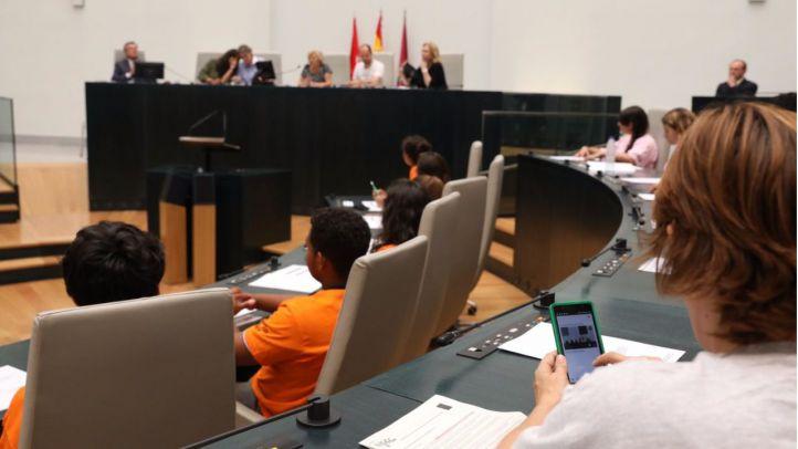Foto del Pleno del Ayuntamiento de Madrid 'ocupado' por adolescentes.