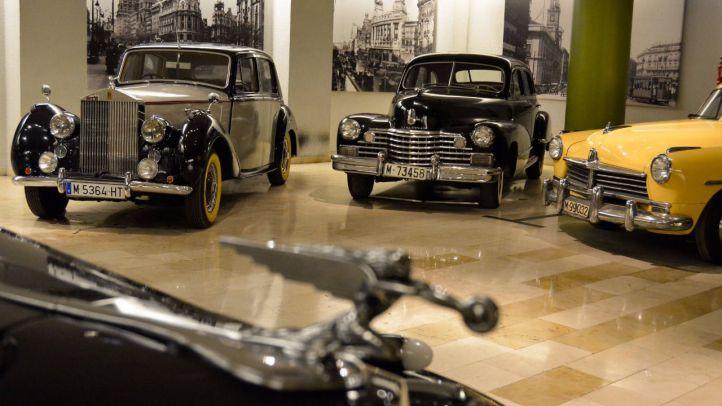Un paseo entre coches históricos con vistas al Palacio Real