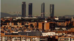 Foto de archivo de una vista de las Cuatro Torres de Madrid con contaminación atmosférica.
