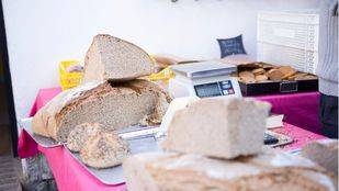 Puesto de pan en el mercado de la Cámara Agraria.