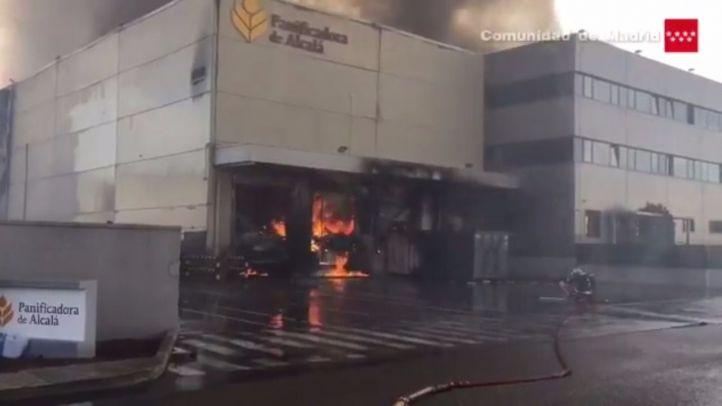 Hasta 16 dotaciones de bomberos tratan de apagar un incendio en Alcalá