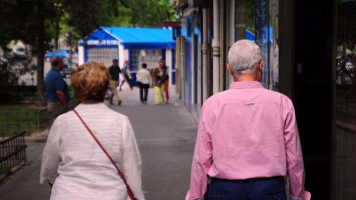 Personas mayores en la calle. (Archivo)