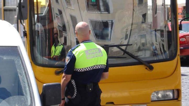Un agente de movilidad multa a un vehículo