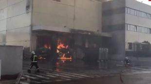 Controlado el incendio que ha calcinado una panificadora de Alcalá de Henares