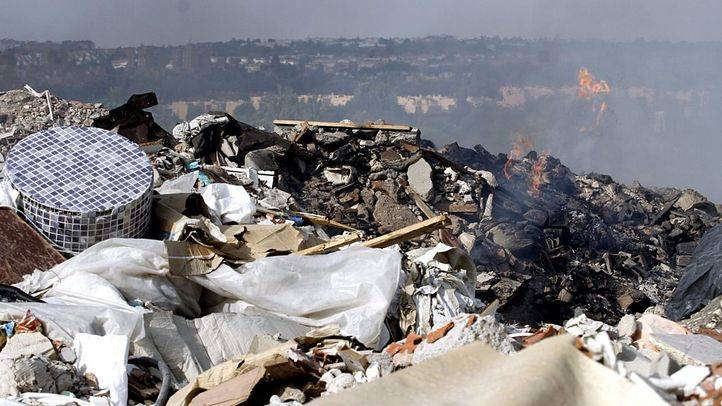 Incendio en el vertedero ilegal frente a Rivas.