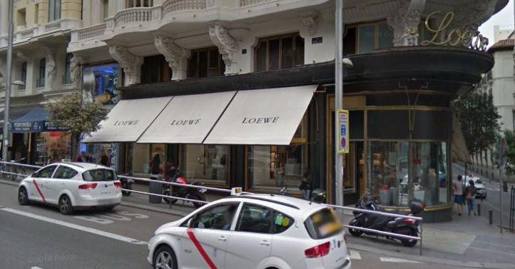 Roban medio millón de euros en bolsos y complementos en la tienda Loewe de Gran Vía