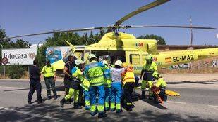 Los equipos de emergencias rescatando al hombre atrapado en su vehículo tras la colisión