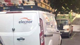 La furgoneta el técnico que finalmente ha reparado el corte de luz en Embajadores, aparcada en la zona.