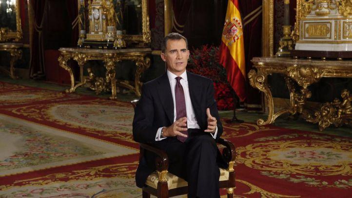 El rey Felipe VI se dirige a los españoles en su segundo mensaje de Navidad desde el salón del trono del Palacio Real.