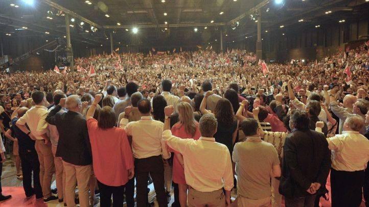 Parte de la nueva dirección socialista canta La Internacional con el puño en alto al final del Congreso Federal.