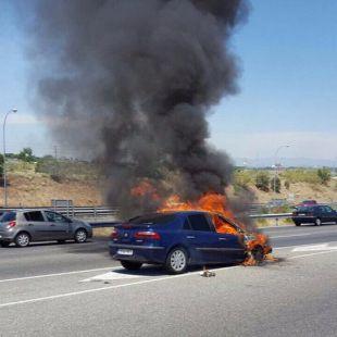 Un coche sale ardiendo en plena M-40