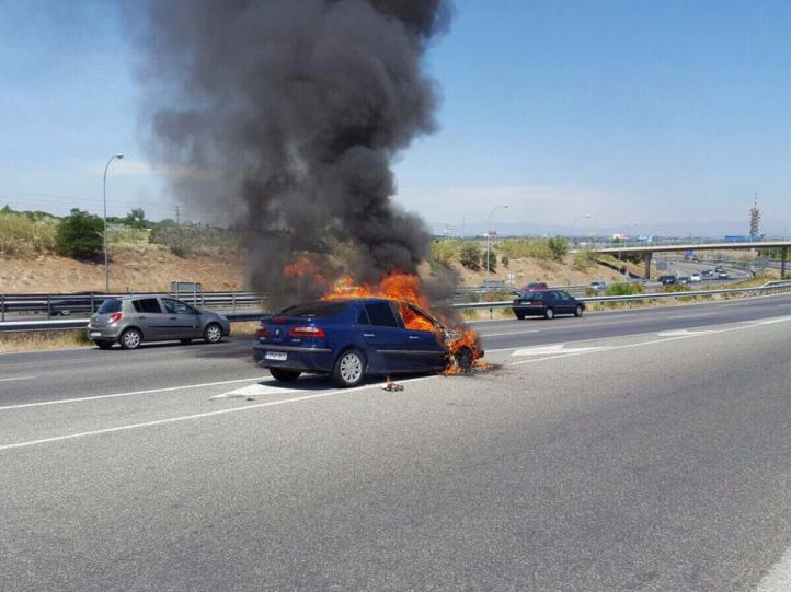 Un coche sale ardiendo en plena M-40