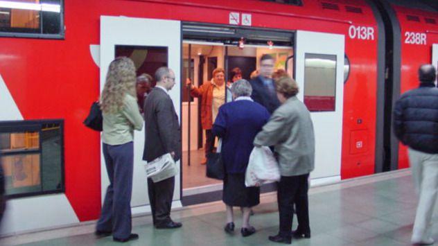 Gente entrando en un vagón de tren de Cercanías Renfe