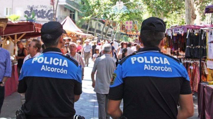 Agentes de la Policía Municipal patrullan en el municipio (archivo)