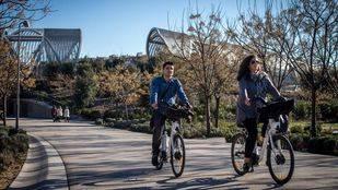 Ciclistas de Bicimad por la senda ciclable de Madrid Río.