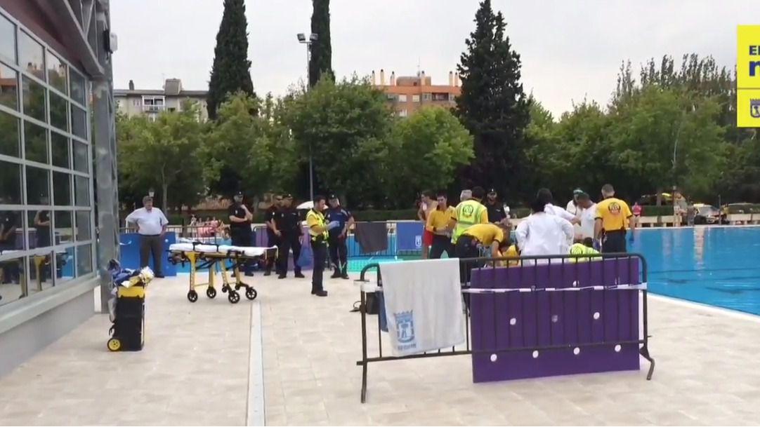 Revierten la parada cardiorrespiratoria a un hombre que se había ahogado en la piscina de Aluche