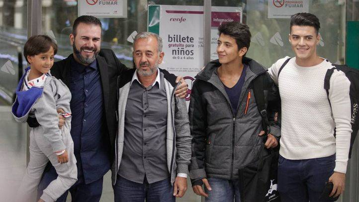 Los refugiados sirios Osama y sus dos hijos llegan a la terminalde llegadas de la estación de Atocha.