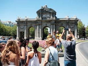 Turistas en la Puerta de Alcalá.