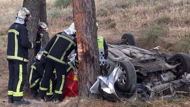 El coche del hombre, volcado tras chocar contra un árbol.