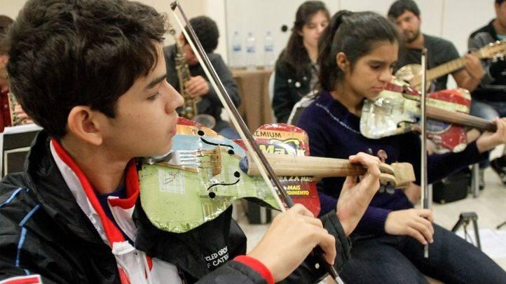 Ara Malikian y Antonio Carmona acompañan a la orquesta de instrumentos reciclados