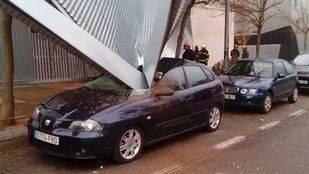 Se desploma el recubrimiento de aluminio de la fachada de un edificio en Alcorcón