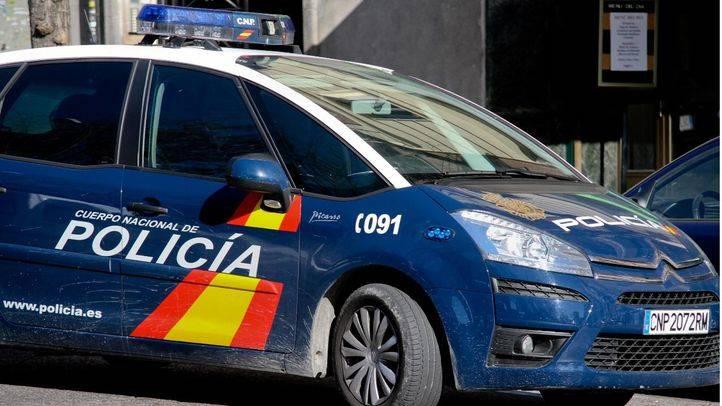 Detenido un hombre tras atracar un banco, robar un coche de Policía y recibir un balazo en Vallecas