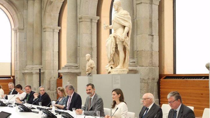 Los Reyes en el Claustro de los Jerónimos, donde han presidido la reunión constitutiva de la Comisión Nacional para la celebración del II Centenario del Museo Nacional del Prado.