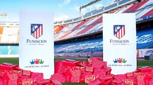 El césped del Vicente Calderón amanecerá cubierto de regalos gracias a la solidaridad de los pequeños atléticos