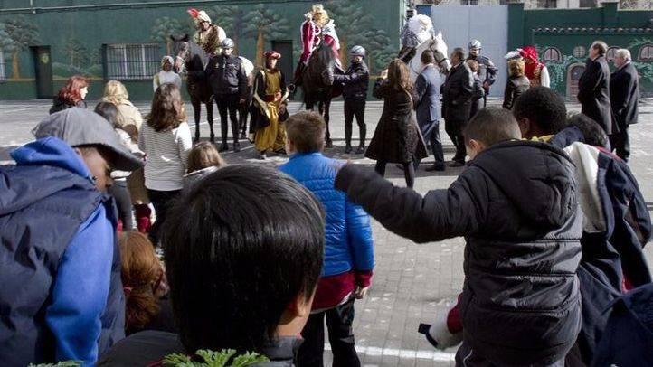 Los Reyes Magos reparten regalos entre los menores tutelados por la Comunidad
