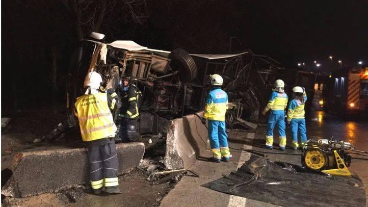 Fallece el conductor de un autobús tras volcar en la M-506, en Fuenlabrada