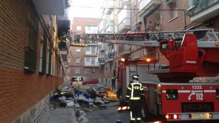 15 intoxicados en el incendio de un piso lleno de basura en San Blas