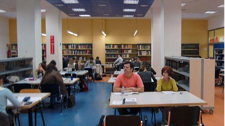 Biblioteca CAM Retiro con estudiantes