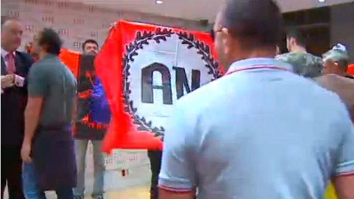 Ataque a la librería Blanquerna por miembros de partidos de extrema derecha.