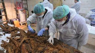 Equipo de investigadores trabajando con los restos encontrados en el convento de las Trinitarias
