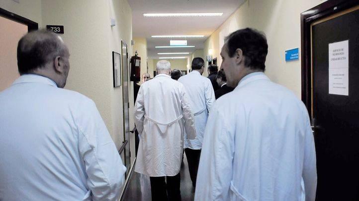Varios enfermeros y médicos en pasillos de un  hospital (archivo)